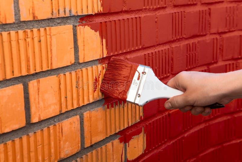 有红颜色的人的手绘画墙壁 免版税库存图片