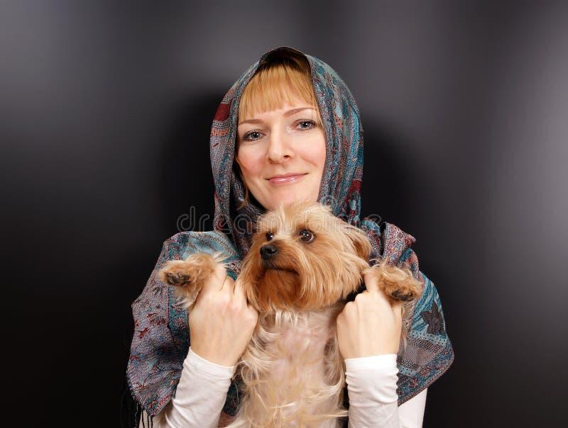 有约克夏狗的女孩 免版税图库摄影