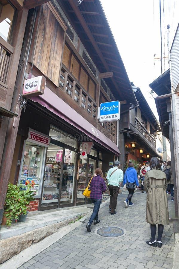 有纪念品店和商店的小胡同在Arima Onsen温泉村庄在神户,日本 免版税库存图片