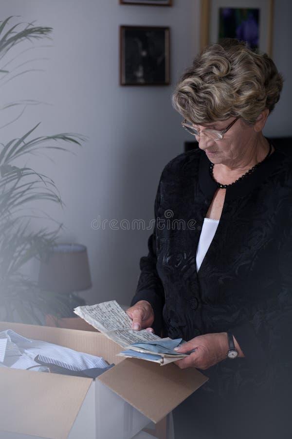 有纪念品的追悼的妇女 库存图片