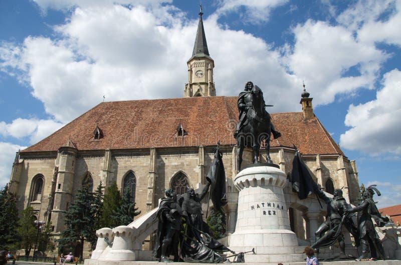 有纪念碑的哥特式式天主教堂 免版税图库摄影