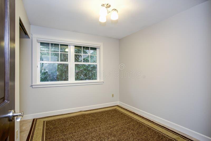 有纯净的白色墙壁的明亮的空的室 图库摄影