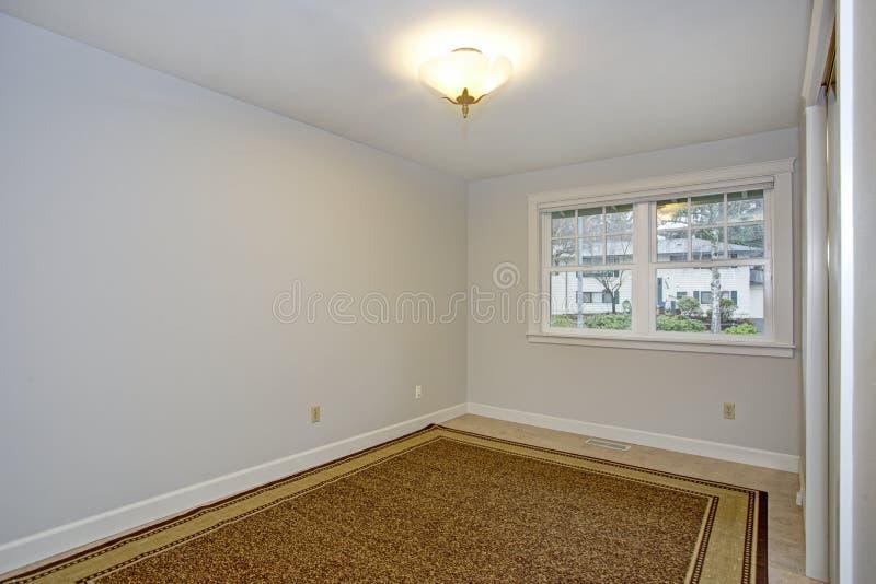 有纯净的白色墙壁的明亮的空的室 免版税库存照片