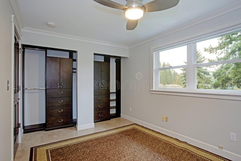 有纯净的白色墙壁的明亮的空的室 免版税库存图片