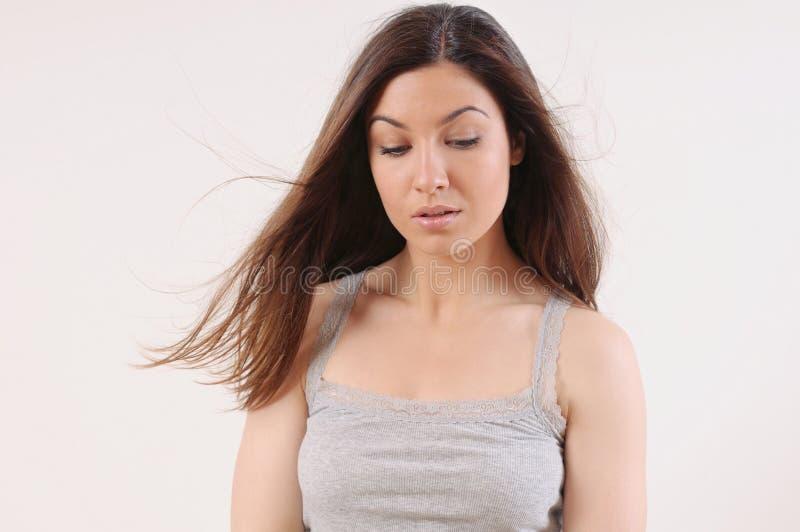 有纯净的皮肤和强的健康明亮的微风的美丽的妇女 免版税库存图片