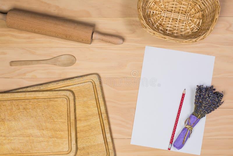 Download 有纸和铅笔的木厨具 库存图片. 图片 包括有 厨具, 收集, 背包, 淡紫色, 灌肠器, 编排者, 有阳台 - 62528335