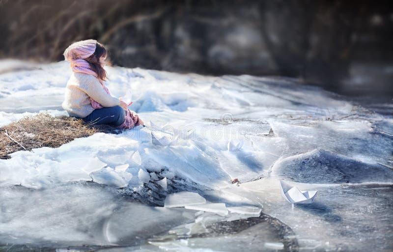 有纸小船的女孩 图库摄影