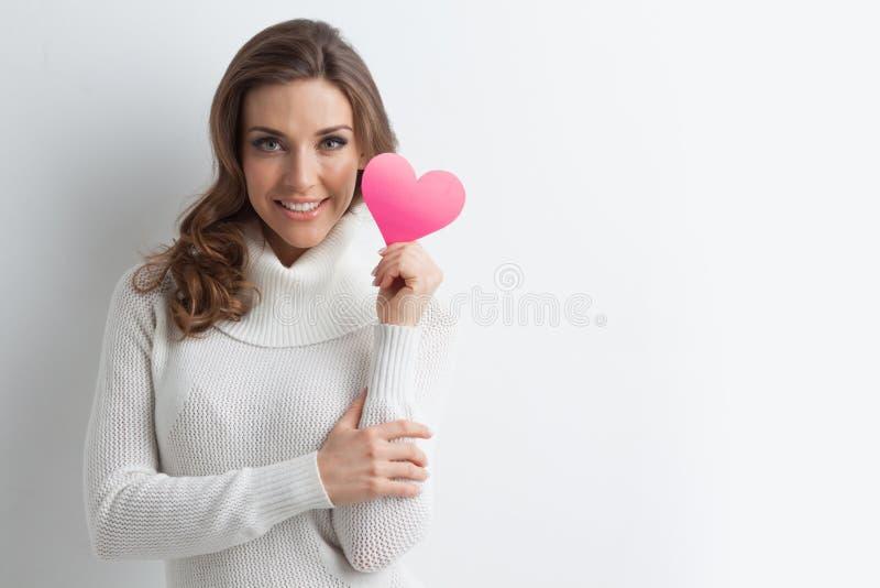 有纸心脏的微笑的妇女 库存照片