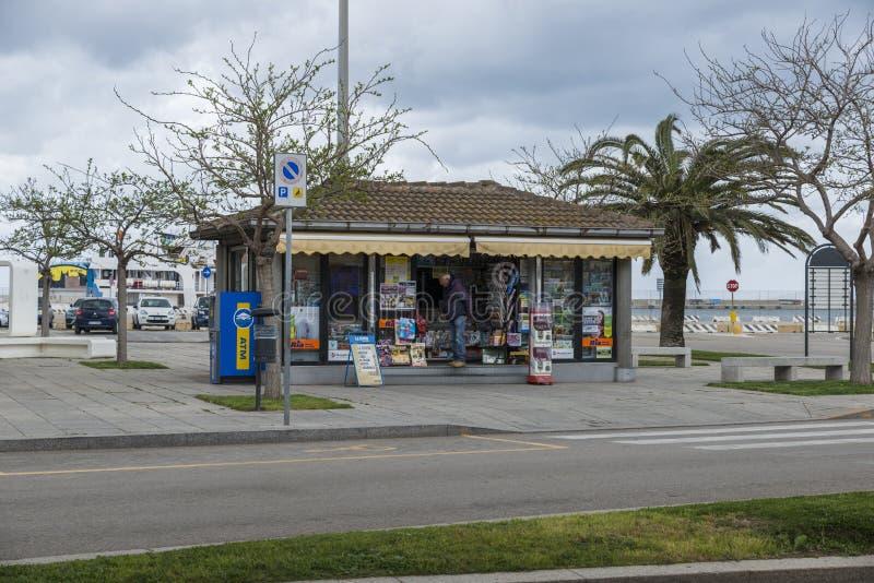 有纸杂志和纪念品的街道商店 库存照片