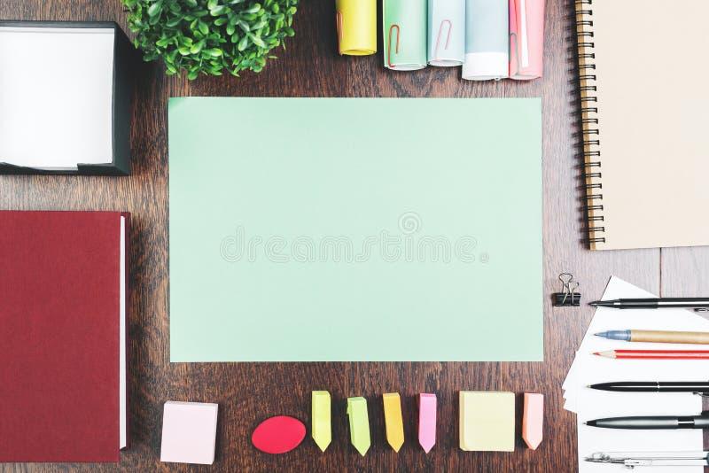 有纸板料的运转的桌面 免版税库存照片