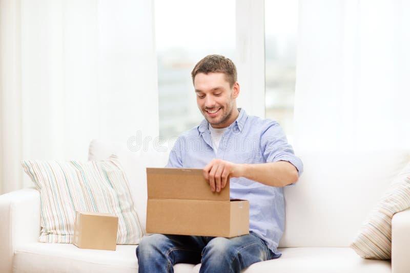 有纸板箱的人在家 免版税库存照片