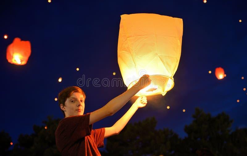 有纸灯的青少年的男孩 免版税库存图片