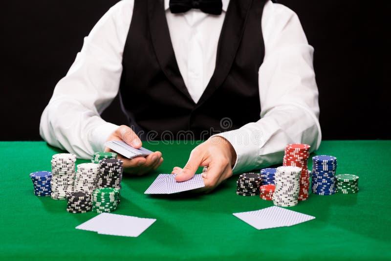 有纸牌和赌博娱乐场芯片的Holdem经销商 免版税库存图片
