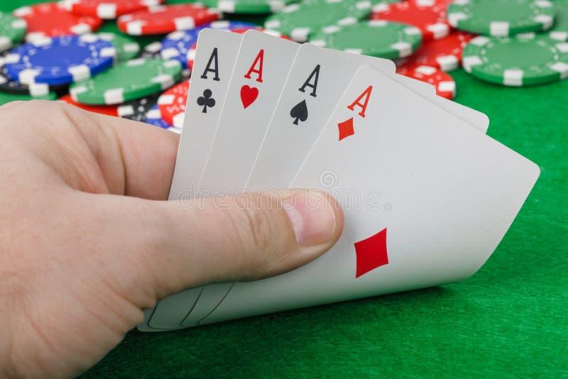 有纸牌的手在赌博娱乐场 免版税库存照片