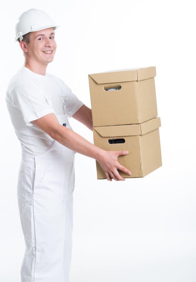 有纸盒配件箱的快乐的工作者 库存图片