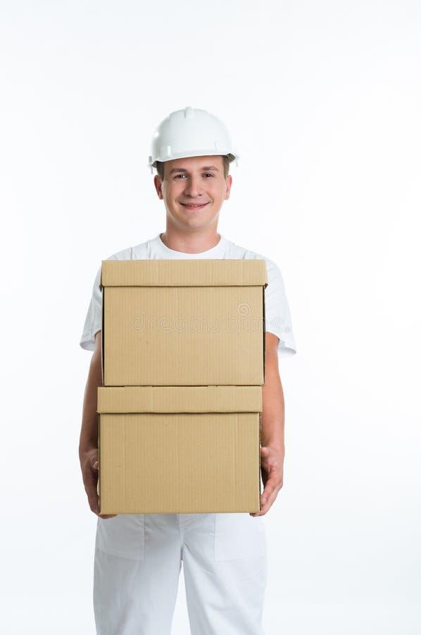 有纸盒配件箱的快乐的工作者 免版税库存照片
