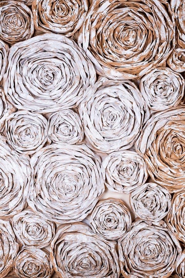 有纸花的墙壁 手工制造工艺创造性的抽象背景 库存图片