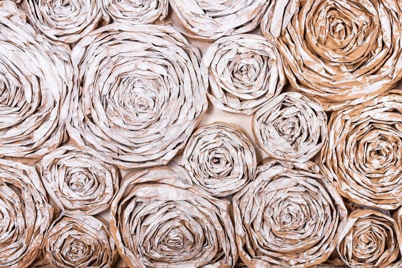 有纸花的墙壁 手工制造工艺创造性的抽象背景 免版税图库摄影