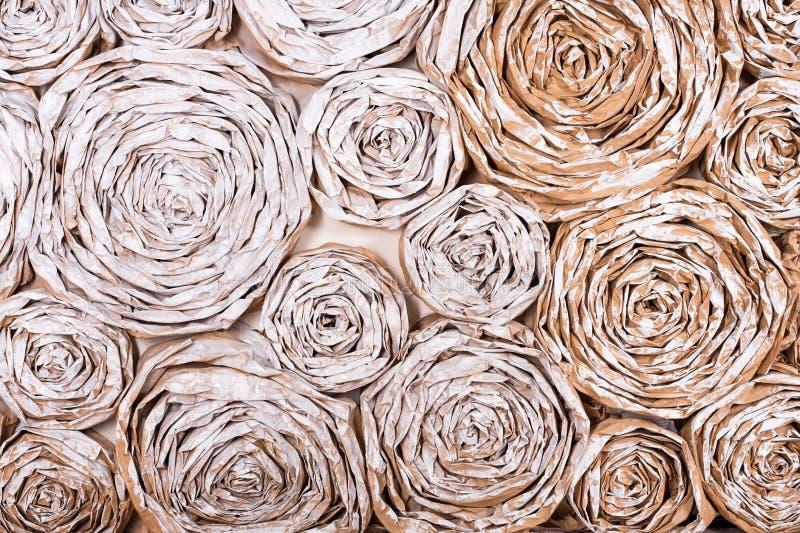 有纸花的墙壁 手工制造工艺创造性的抽象背景 图库摄影