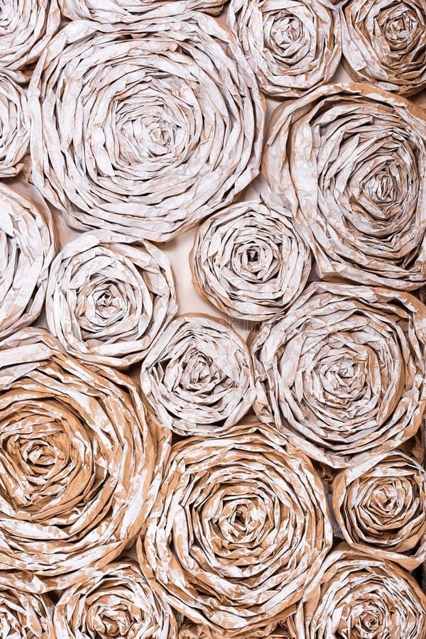 有纸花的墙壁 手工制造工艺创造性的抽象背景 库存照片