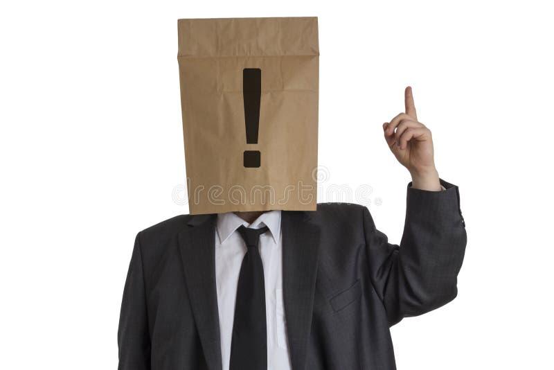 有纸袋的人与在指向他的头的惊叹号  免版税库存图片