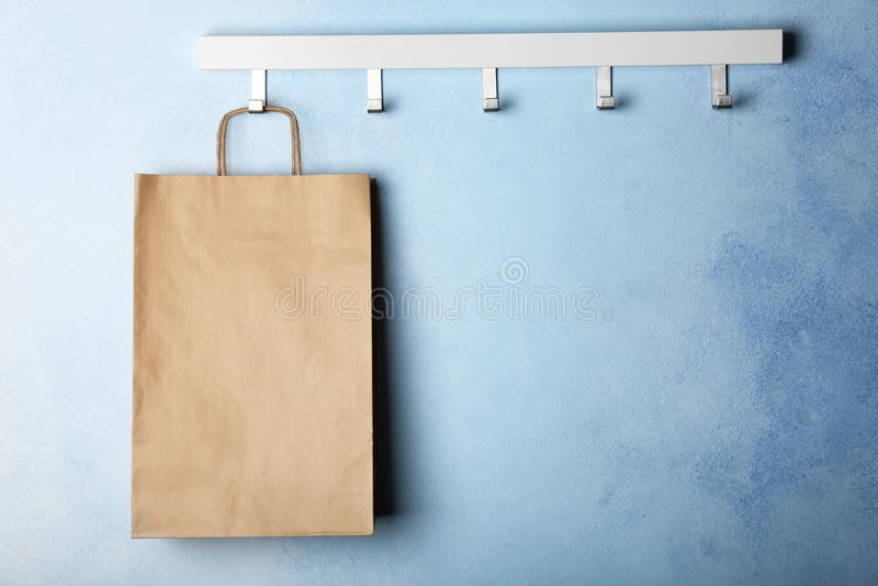 有纸购物袋的机架 免版税库存图片