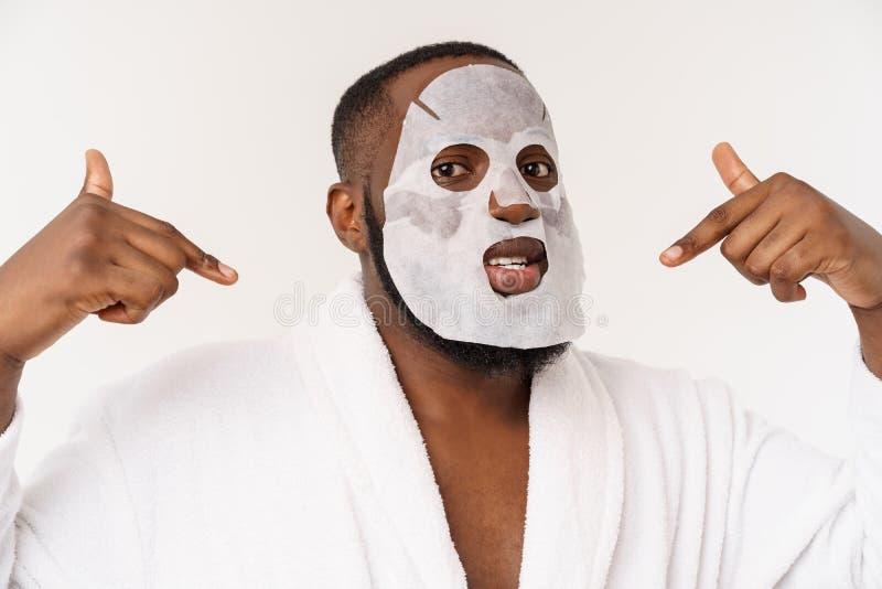 有纸面具的一年轻人在看起来的面孔冲击与一张开放嘴,隔绝在白色背景 免版税图库摄影