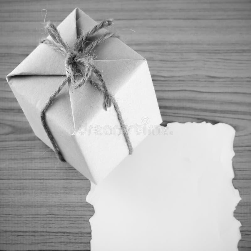 有纸黑白颜色口气样式的礼物盒 库存图片