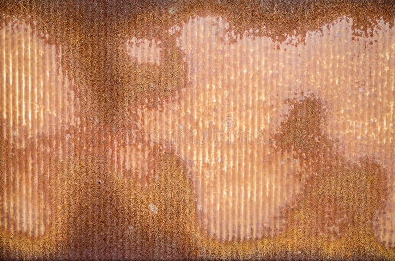 有纹理的生锈的波纹状的金属墙壁 库存照片