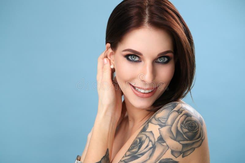 有纹身花刺的妇女 库存照片