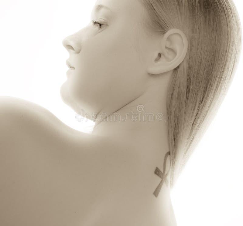 有纹身花刺的美丽的夫人 图库摄影