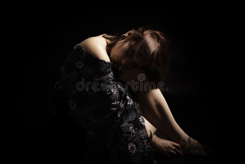有纹身花刺的美丽的妇女在黑背景中 免版税库存照片