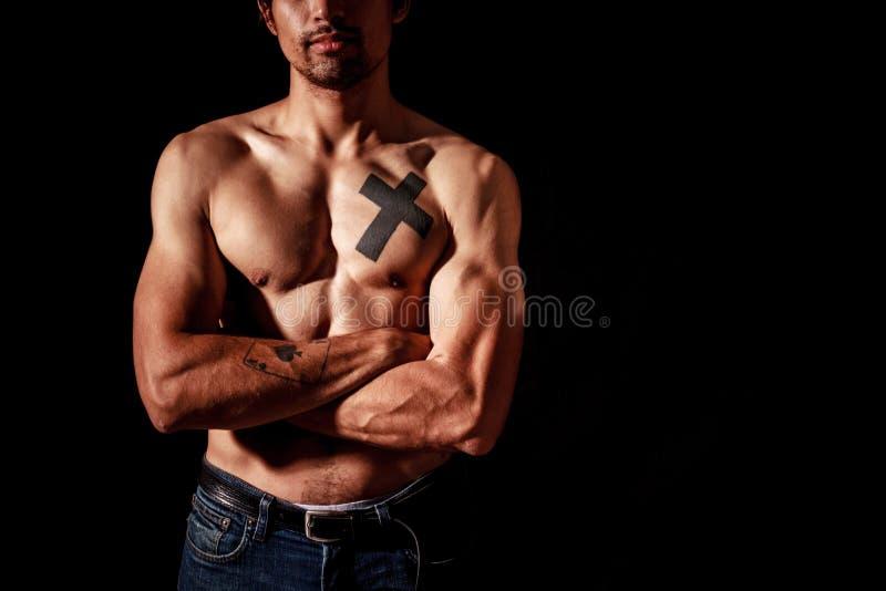 有纹身花刺的年轻肌肉人 免版税库存照片