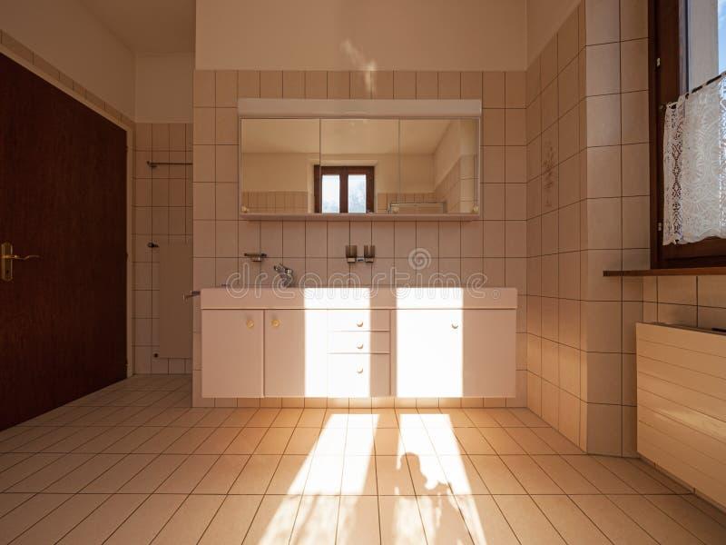 有经典式瓦片的卫生间 免版税库存图片