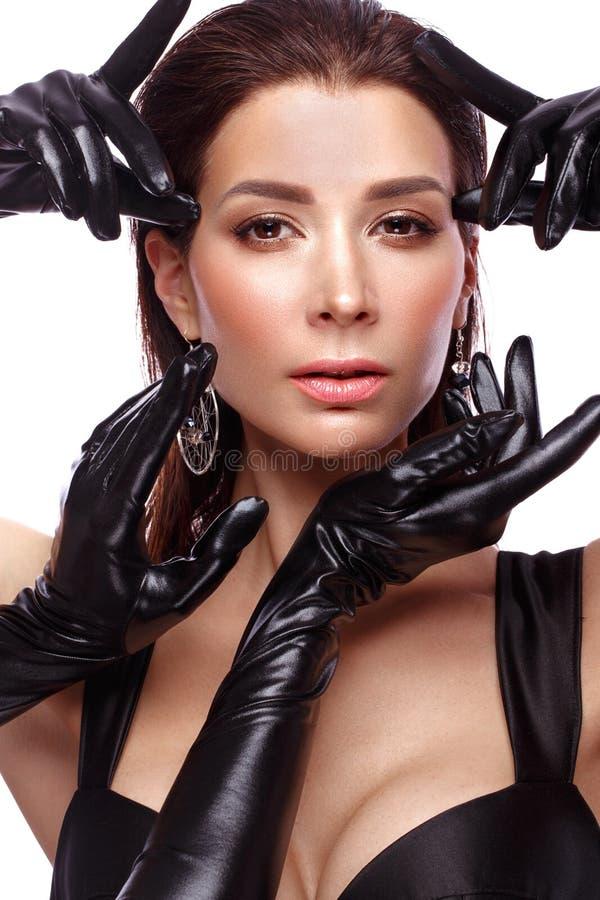 有经典构成的美丽的厚颜无耻的妇女在黑亮漆手套,四只手 r 库存照片