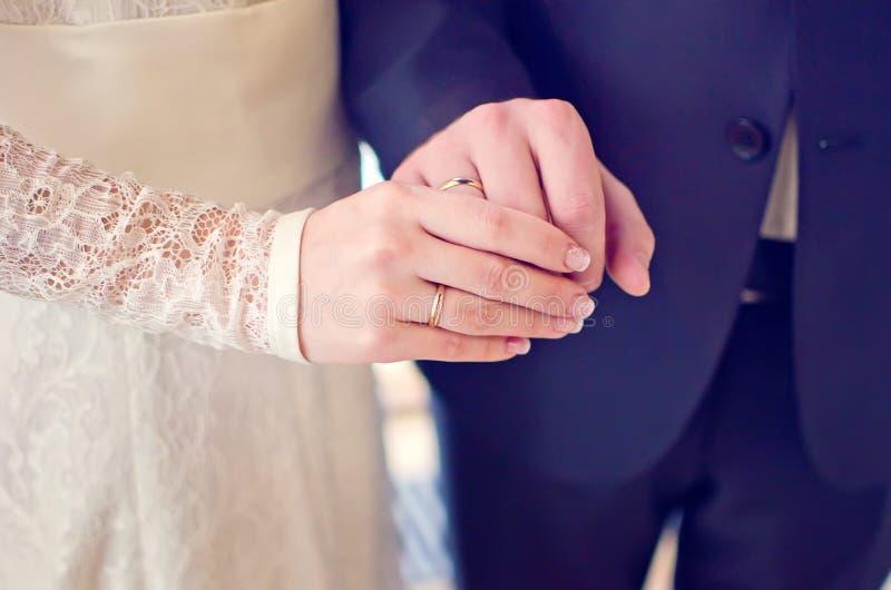 有结婚戒指的最近婚姻的夫妇的手 免版税图库摄影