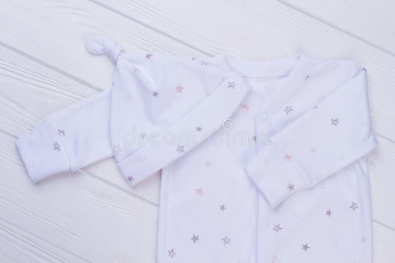 有结帽子的新生儿睡衣 图库摄影