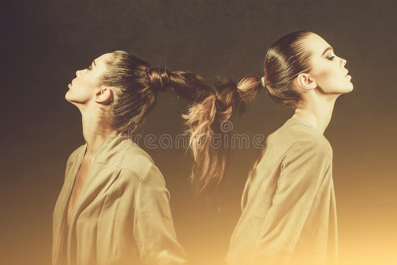 有结辨的长发的女孩到辫子里 免版税库存照片