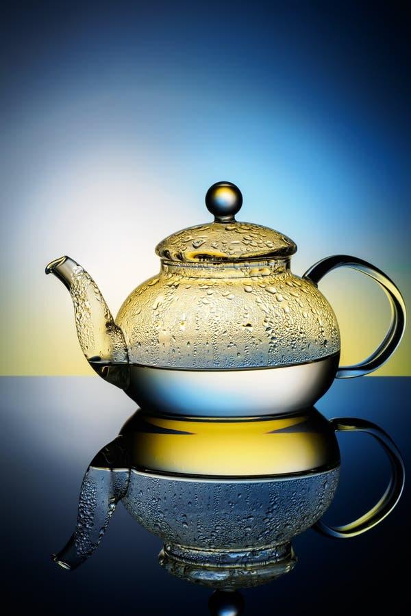 有结露开水和下落的玻璃茶壶  库存照片
