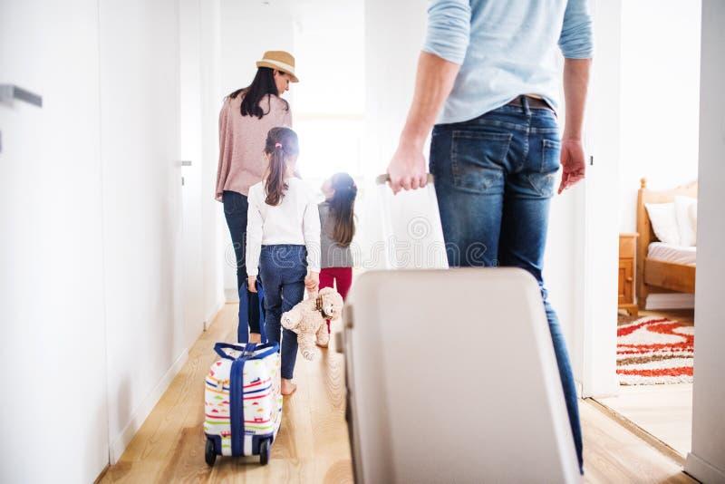 有继续一个假日的两个孩子的年轻家庭 免版税库存图片