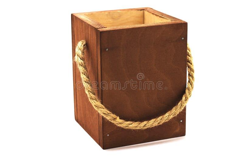 有绳索把柄的木棕色箱子在白色背景 免版税库存图片