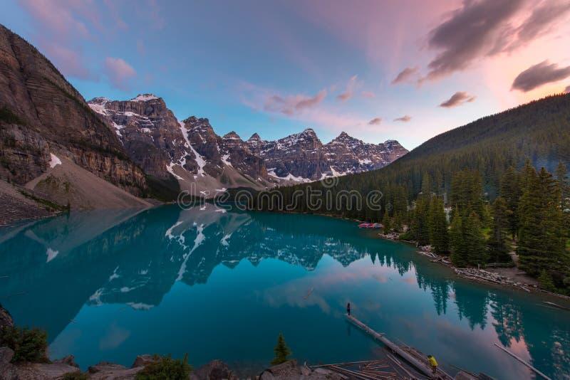 有绿松石湖和山反射的梦莲湖在日落美丽的天空 库存图片