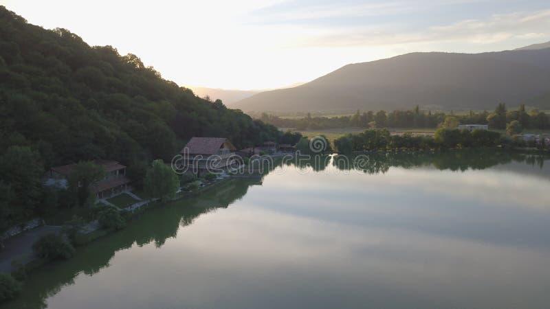 有绿色周围的山的蓝色安静的湖 库存图片
