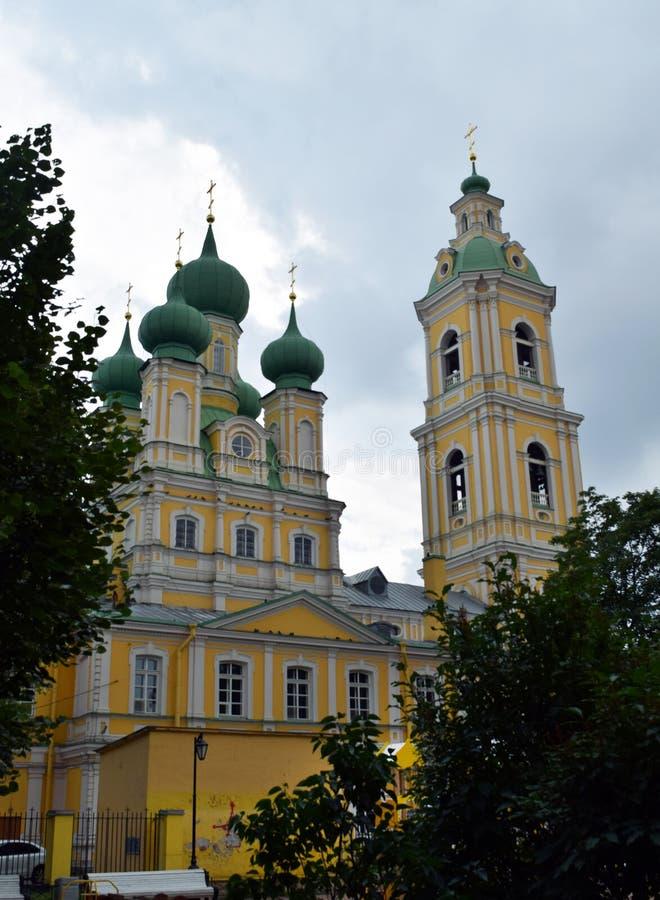 有绿色圆顶的正统黄色大教堂在圣彼德堡 免版税库存照片