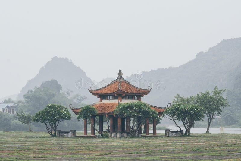 有绿色山的传统越南古庙在宁平市省,越南的背景 免版税库存图片