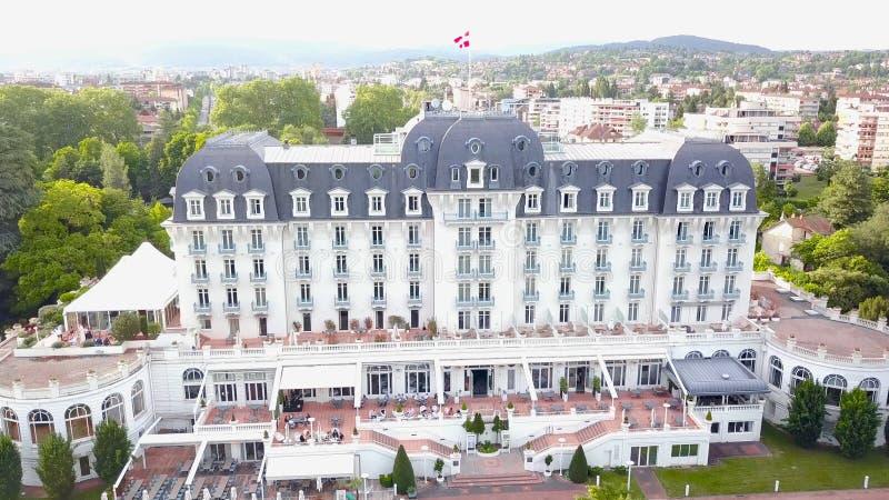 有绿色庭院的现代白色宫殿 r 令人惊讶的白色宫殿顶视图有现代门面的,飞行的丹麦旗子 免版税库存照片