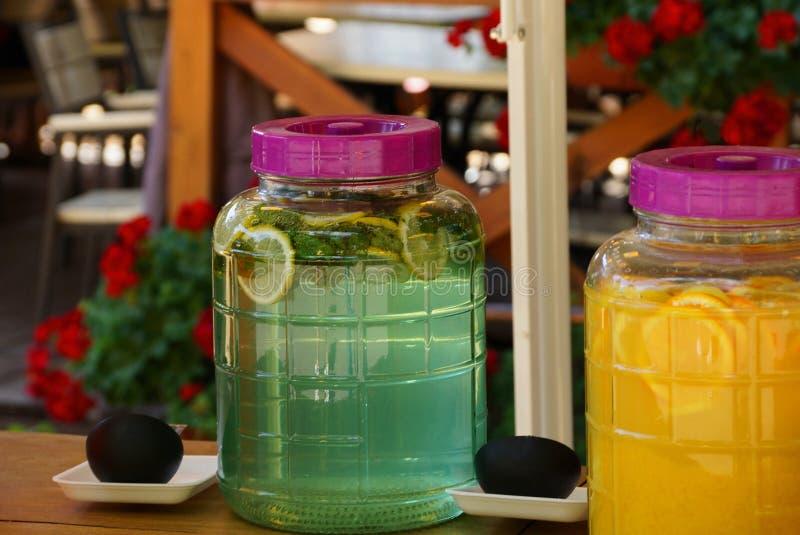 有绿色果子mojito的一个大塑料瓶子 图库摄影