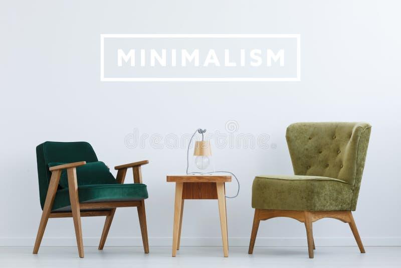 有绿色椅子的最小的室 库存图片