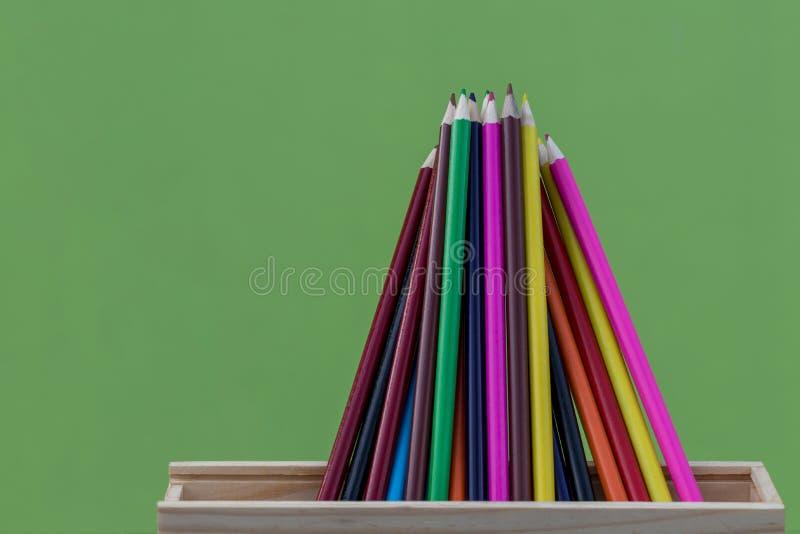 有绿色混凝土墙的蜡笔 免版税图库摄影
