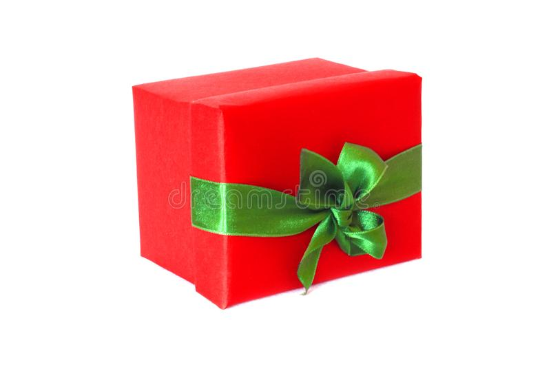 有绿色缎带弓的红色礼物盒 库存图片